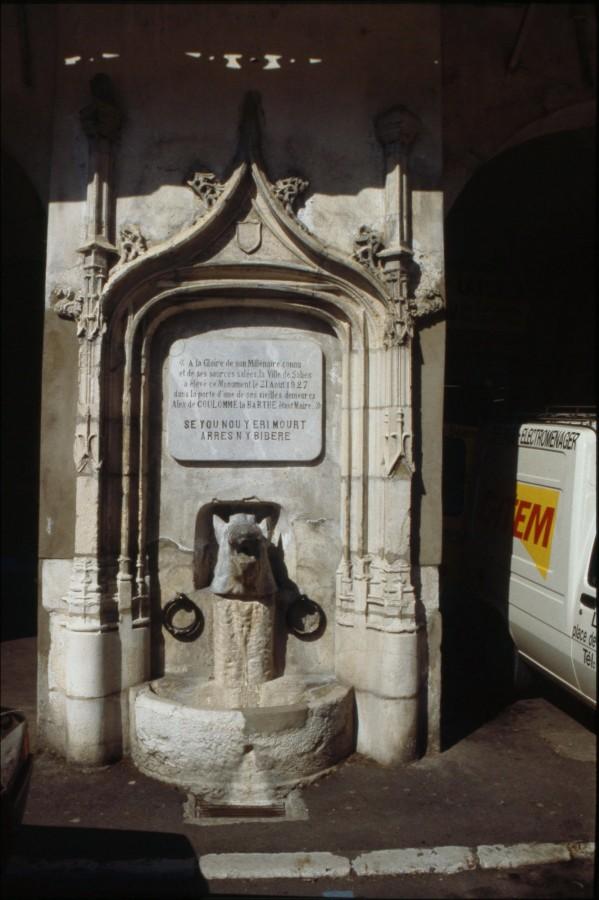 Fontaine place du Bayaà.