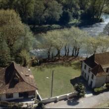 Maisons au bord du gave d'Oloron et en arrière-plan, à droite, vue sur le pont fortifié.