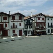 Façades de maisons, place du Fronton.