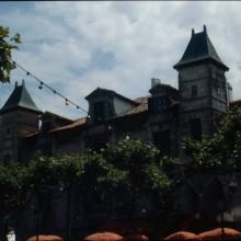 """Façade, vue de la place Louis XIV, côté des brasseries """"Le Suisse"""" et """"Le Madrid"""""""