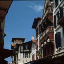 Rue de la République, aperçu de l'Hôtel Lafayette et du Pub des Corsaires (n° 20 et 16)
