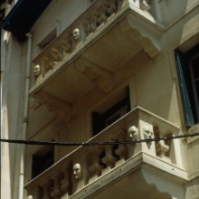 Façade de maisons, détails d'un balcon