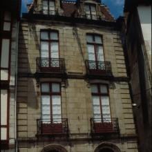 Façade en pierres, balconnets en fer forgé